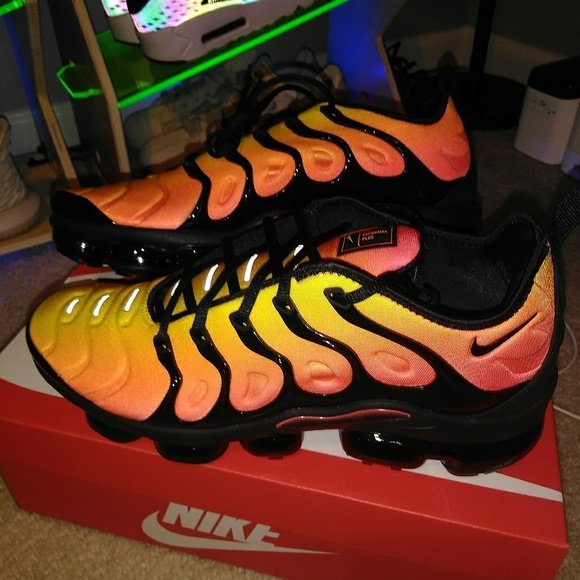 new arrival fce76 0bf4e NIKE VAPORMAX PLUS. (SUNSET)
